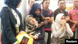 Kerabat para penumpang Lion Air dengan nomor penerbangan JT610 yang jatuh di laut, mendatangi Bandara Depati Amir di Pangkal Pinang, Senin, 29 Oktober 2018. (Foto: Antara via Reuters)