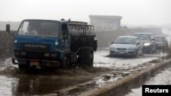 Des véhicules conduisent dans les inondations au Caire, Egypt, le 27 janvier 2016.