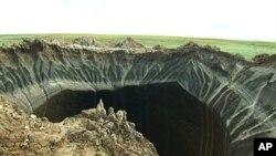Un cratère, récemment découvert dans la péninsule de Yamal, dans Iamalie, en Russie, 17 juillet 2014.