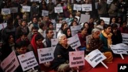 2013年1月6日印度民眾在新德里追悼23歲的強姦死難者