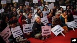 5일 뉴델리에서 열린 집단 성폭행 피해 여대생 추모식 장면.