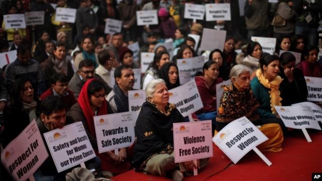 Dân chúng hát các bài hát cầu nguyện cho thiếu nữ Ấn Độ thiệt mạng trong vụ cưỡng hiếp tàn bạo ở New Delhi, ngày 5/1/2013.