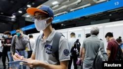 香港求职者在湾仔招聘会上填写表格。(2020年10月29日)