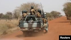 Des soldats burkinabè patrouillent sur la route de Gorgadji dans la région du Sahel, au Burkina Faso, le 3 mars 2019.