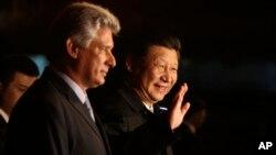 2014年7月21日中国国家主席习近平(中)抵达哈瓦那向媒体挥手致意