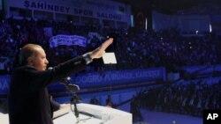 رجب طیب اردوغان رئیس جمهوری ترکیه در حال سخنرانی در میان هوادارن حزب عدالت و توسعه - ۲ آبان ۱۳۹۴