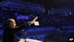 Presiden Turki Recep Tayyip Erdogan saat menyampaikan pidato di hadapan para pendukungnya di Gaziantep, Turki, 24 October 2015 (Foto: dok).