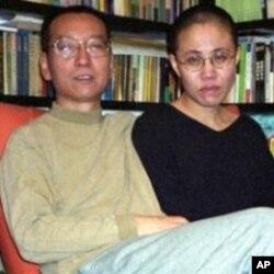 Liu Xiaobo ກັບພັນລະຍາ ນາງ Liu Xia ຢູ່ບ້ານ ຕອນທີ່ຍັງບໍ່ຖືກຄຸກ.
