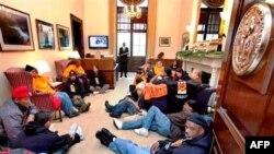 Qindra të papunë vërshojnë në godinën e Kongresit për t'u takuar me ligjvënësit