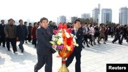 Dân Bắc Triều Tiên đặt vòng hoa trước tượng của Chủ tịch Vĩnh cửu Kim Il Sung và cố lãnh tụ Kim Jong-Il tại Mansudae, Bình Nhưỡng.