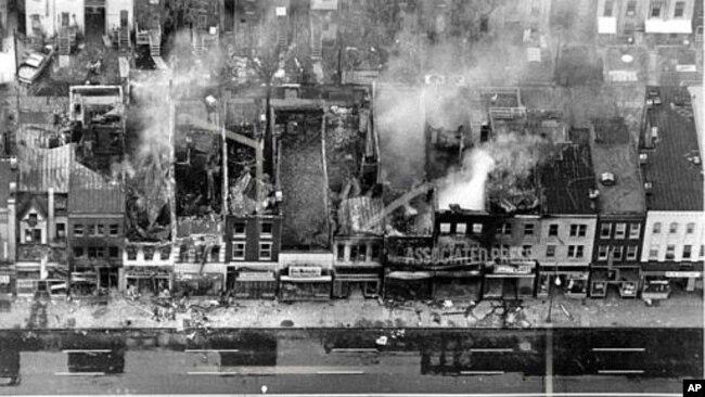 资料照片 - 华盛顿特区东北段H街第12街和第13街之间的一个街区沿线被大火烧毁的建筑物,其中一些仍在冒烟。一天前,田纳西州孟菲斯民权领袖马丁·路德·金博士遇刺身亡后爆发骚乱。(1968年4月4日)(美联社照片)