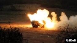 سامانه پرتاب موشک M142 ساخت آمریکا، موسوم به HIMARS، قابلیت جابجایی بالا و پرتاب راکت تا برد ۹۰ کیلومتر را دارد.