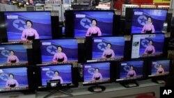 12일 한국 서울의 가전제품 매장에 전시된 TV에 북한 로켓 발사 관련 뉴스 화면이 나오고 있다.