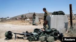 Израильские солдаты на захваченных у Сирии Голанских высотах (архивное фото)