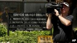 조세회피 폭로 문건 '파나마 페이퍼스'의 출처인 파나마 시티의 대형 로펌 '모색 폰세카' 건물 앞에서 5일 취재진이 촬영하고 있다. (자료사진)