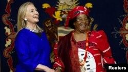 Menteri Luar Negeri Amerika, Hillary Rodham Clinton, kiri, bertemu dengan Presiden Malawi Joyce Banda di Lilongwe, Malawi (5/8).
