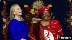 Bộ trưởng Ngoại giao Hoa Kỳ Hillary Clinton gặp Tổng Thống Malawi Joyce Banda tại Lilongwe, ngày 5/8/2012