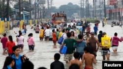 馬尼拉郊區居民要涉水而行