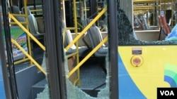 天津爆炸事故现场,核心爆炸区周围多座居民楼窗户被震碎,高速公路桥梁受损,多辆大货车被炸翻,小汽车起火或被砸,多名当地居民仍逗留在事故现场。(美国之音记者东方拍摄)