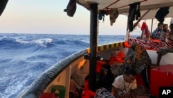 Kapal migran tiba dekat pantai Lampedusa di Laut Mediterania, 15 Agustus 2019.