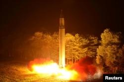 朝鲜朝中社7月29日提供的朝鲜发射火星-14洲际弹道导弹的照片。