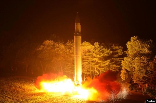 朝鮮朝中社7月29日提供的朝鮮發射火星-14洲際彈道導彈的照片。
