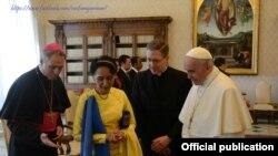 Le pape François recevant la dirigeante birmane Aung San Suu Kyi au Vatican, le 4 mai 2017.