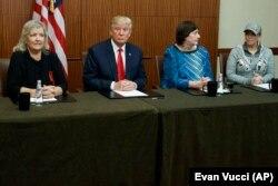 Donald Trump, tartışma programı öncesinde ortak basın açıklaması yaptığı Paula Jones, Kathy Shelton ve Juanita Broaddrick'le birlikte poz verirken. Üç kadın da geçmişte Bill Clinton tarafından taciz edildikleri iddiasında bulunuyor. Trump tartışma öncesi Bill Clinton'un karıştığı ve karıştığı iddia edilen seks skandallarını gündeme getireceğini söylemişti.