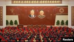 朝中社2017年10月8日发布的拍摄日期未明的照片显示,朝鲜领导人金正恩在朝鲜劳动党召开的七届二中全会上讲话。