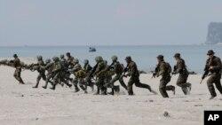 Binh sĩ thủy quân lục chiến Mỹ và Philippines trong cuộc diễn tập Balikatan thường niên tại thị trấn San Antonio, tỉnh Zambales, Philippines.