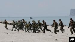 美国和菲律宾海军陆战队在南中国海周边举行联合演习