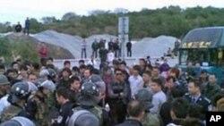 廣東當局出動防暴警察試圖驅散海門抗議民眾(網民提供 參與網)