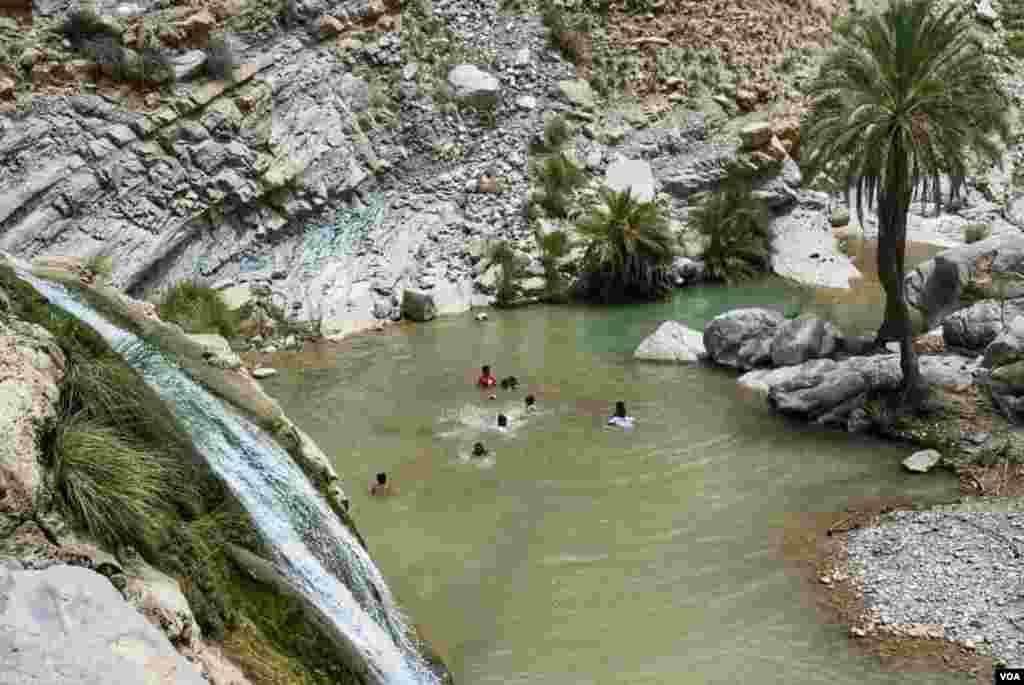 آب شاروں سے بہہ کر پہاڑیوں کی آغوش میں پہنچنے والا پانی ٹھنڈا ہونے کے سبب پکنک پر آنے والے افراد کے لیے دلچسپی سے خالی نہیں ہے۔ بیشتر افراد اس پانی میں تیرنے کو ترجیح دیتے ہیں۔