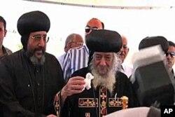 正统科普特基督教会主教谢诺达在破土动工仪式上摆放小羊羔玩具