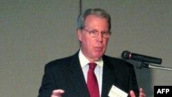 Ông Burghardt cho báo chí biết rằng quyết định của Hoa Kỳ không bị ảnh hưởng bởi sự quan tâm về phản ứng của Trung Quốc