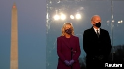 Tổng thống Tân cử Joe Biden và phu nhân Jill Biden dự lễ tưởng niệm nạn nhân COVID-19 tại đài tưởng niệm Lincoln Memorial ở thủ đô Washington, ngày 19/01/2021.