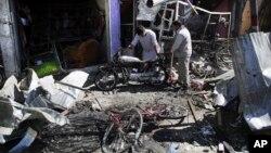 Warga memeriksa sisa-sisa rumah mereka di lokasi serangan bom bunuh diri di Kabul, Afghanistan pekan lalu. Kedutaan Irak di Kabul menjadi target serangan bom bunuh diri hari Senin (31/7).(Foto:dok)