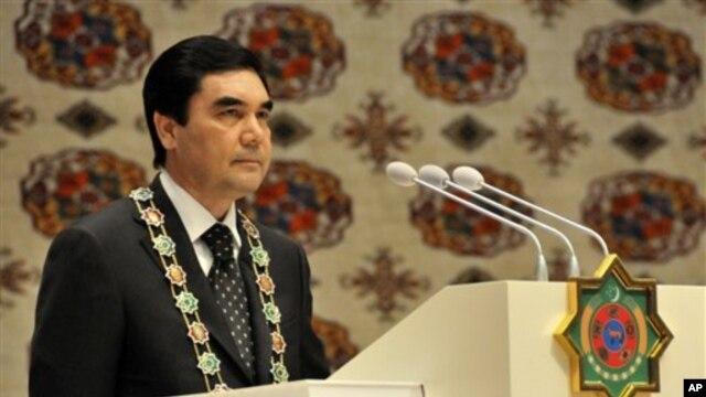 Turkmaniston prezidenti Qurbonguli Berdimuhammedov ikkinchi muddatga prezidentlik qasamyodini keltirmoqda. 12-fevral, 2012-yil.