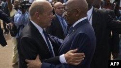 Le Premier ministre malien, Soumeylou Boubeye Maiga, reçoit le ministre français des Affaires étrangères, Jean-Yves Le Drian, lors de la célébration du 58ème anniversaire de l'indépendance du Mali à Bamako, le 22 septembre 2018.
