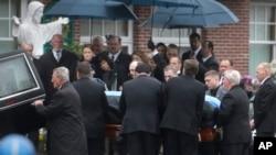 Quan tài của ông Sean Collier được khiêng vào Nhà thờ St. Patrick để làm lễ, 23/4/13