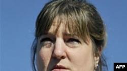 Cô Nina Crossland, cháu của bà Phyllis Macay một trong 4 con tin bị hải tặc giết, cầm bức ảnh của bà trong khi nói chuyện với các nhà báo