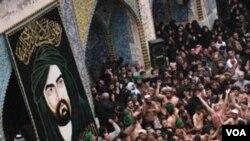 Peziarah muslim Syiah Irak melakukan upacara keagamaan di kota suci Karbala (foto: dok.).
