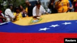 """""""La Constitución venezolana garantiza a los venezolanos el derecho a que sus voces sean escuchadas a través de un proceso de referendo revocatorio"""", dijo el vocero del Departamento de Estado."""