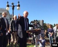 桑德斯参议员2015年10月4日在国会山集会上呼吁转变能源结构应对气候变化。(美国之音杨晨拍摄)