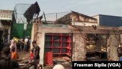 Des commerçants font le constat de ce qui reste de l'incendie de leurs boutiques, au PK5, Bangui, 18 janvier 2018. (VOA/Freeman Sipila)