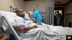 Bệnh nhân Cedricc Daniels, 37 tuổi, ở Gonzales, bang Louisiana đang hồi phục sau khi nhiễm COVID-19 ở Trung tâm Y tế Khu vực Our Lady of the Lake ở Baton Rouge, Louisiana, ngày 2 tháng 8, 2021.