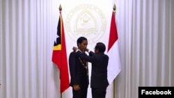 Presiden Timor Leste Taur Matan Ruak menganugerahi bintang jasa kepada Presiden Joko Widodo. (Foto: Facebook Presiden Joko Widodo)