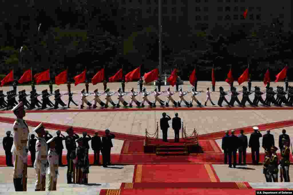 2018年6月27日在中国国防部大楼前举行的欢迎仪式上, 美国国防部长马蒂斯和中国国防部长魏凤和检阅仪仗队(美国国防部图片)。