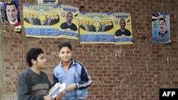 Müslüman Biraderler'in Hürriyet ve Adalet Partisi'nin afişi önünde iki çoçuk