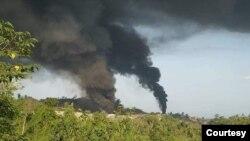 KIA က နန္႔စီပြန္ေက်ာက္စိမ္းေမွာ္ရွိ စစ္ေကာင္စီတပ္စခန္းေတြကို တုိက္ခုိက္မႈေၾကာင့္ မီးခုိးလုံးေတြ ဖုံးလႊမ္းေနမႈျမင္ကြင္း။ (ေမ ၂၂၊ ၂၀၂၁)